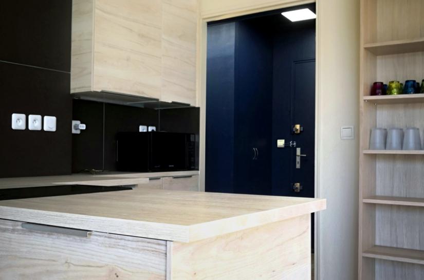 Les meubles de cuisine sont traités des meubles de rangements, de façon à s'harmoniser avec les bibliothèques et le reste du séjour. La cuisine ne ressemble pas à une cuisine.