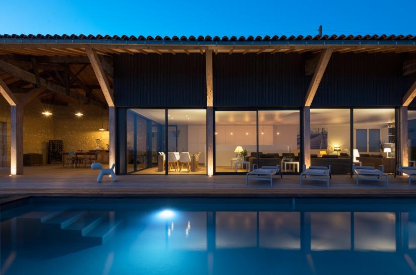Vue de nuit sur séjour et piscine. Benoît Bost photographe. Projet Soufflée / whyarchitecture
