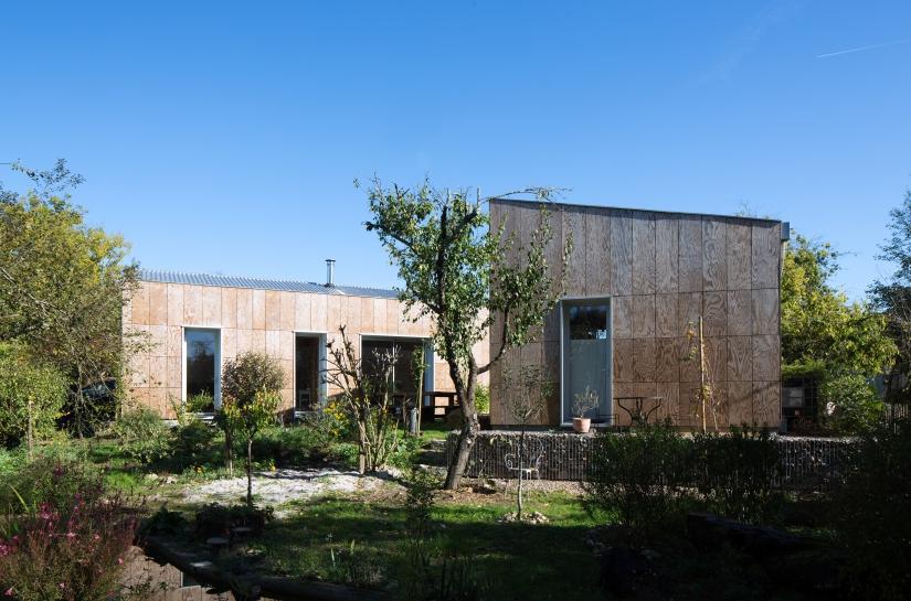 Les deux parties de la maison s'ouvrent vers le jardin. Projet Condat / whyarchitecture