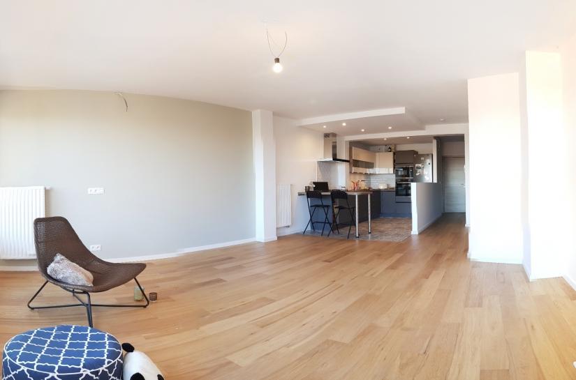 Séjour ouvert et lumineux après rénovation de l'appartement