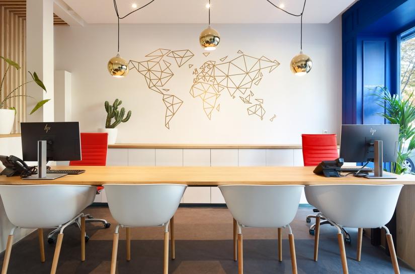 Bureaux agence de voyages avec map monde