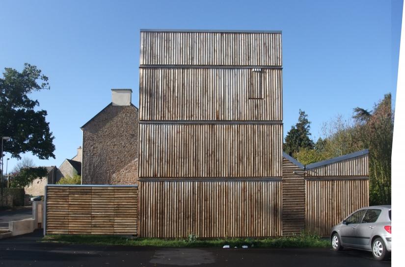 La façade se plie au gabarit des planches de châtaignier
