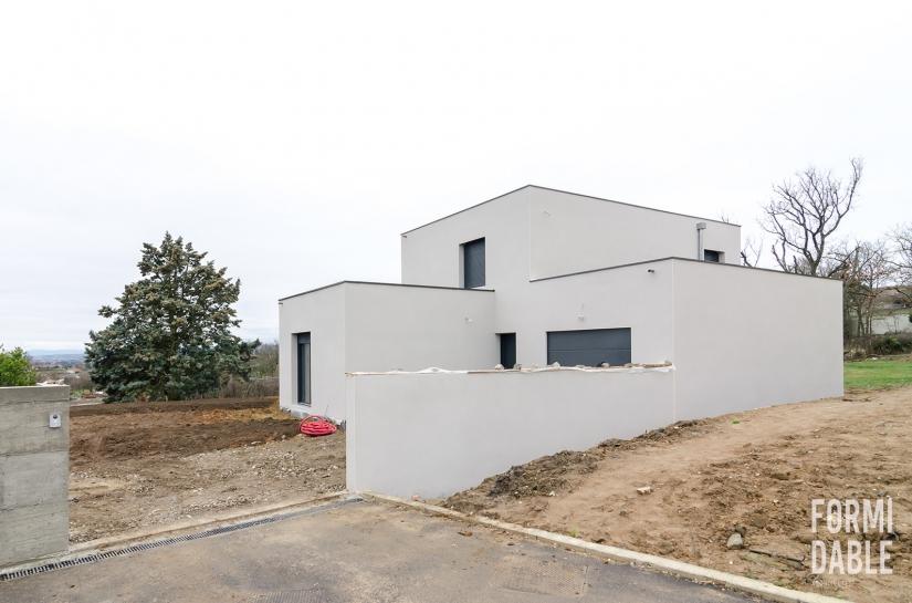 chantier de construction d'une maison individuelle à toit terrasse - vue depuis l'entrée