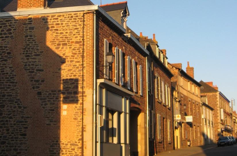 Boutique sur la rue Saint Nicolas et entrée du porche
