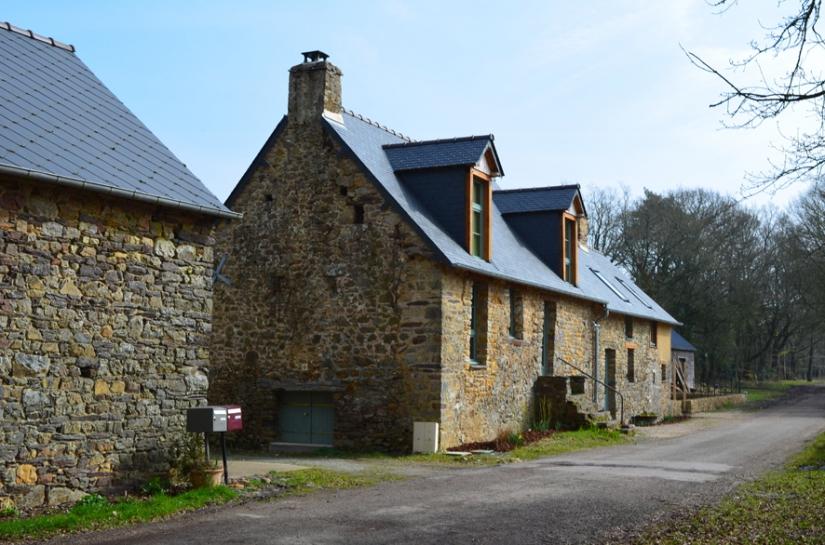 Vue de la maison rénovée de la route