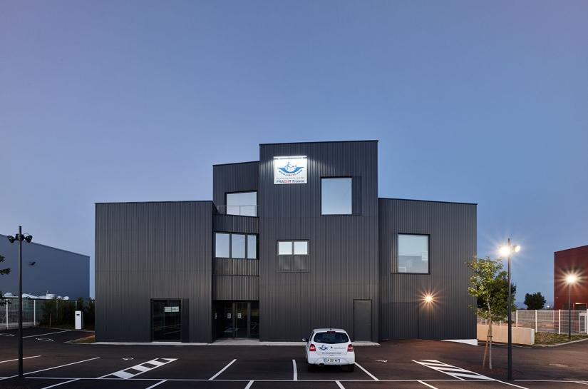 bureaux entrepôt FORMIDABLE architectes lyon rhône aéroport façade bardage métallique