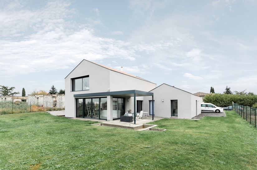maison contemporaine FORMIDABLE architectes lyon condrieu brignais enduit toiture tuiles