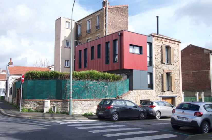 La maison et son extension sur l'angle des deux rues.