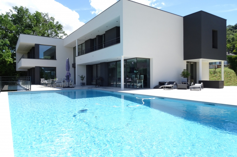 Piscine et maison contemporaine