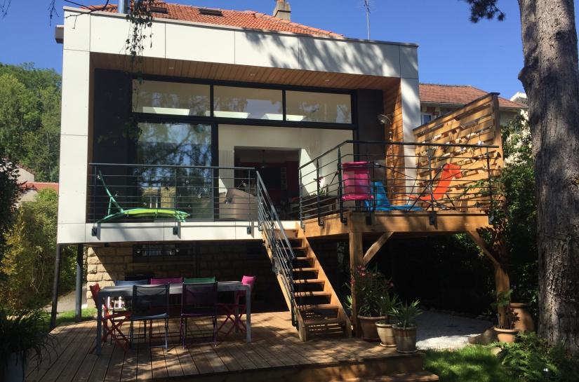 Façade jardin, le balcon, la terrasse haute et la terrasse basse
