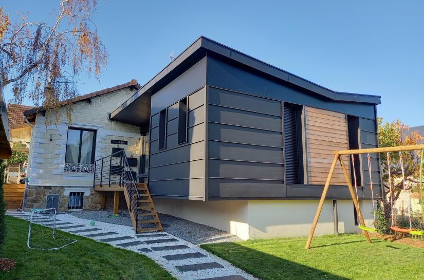 Facade est de la maison et angle sud est de l'extension