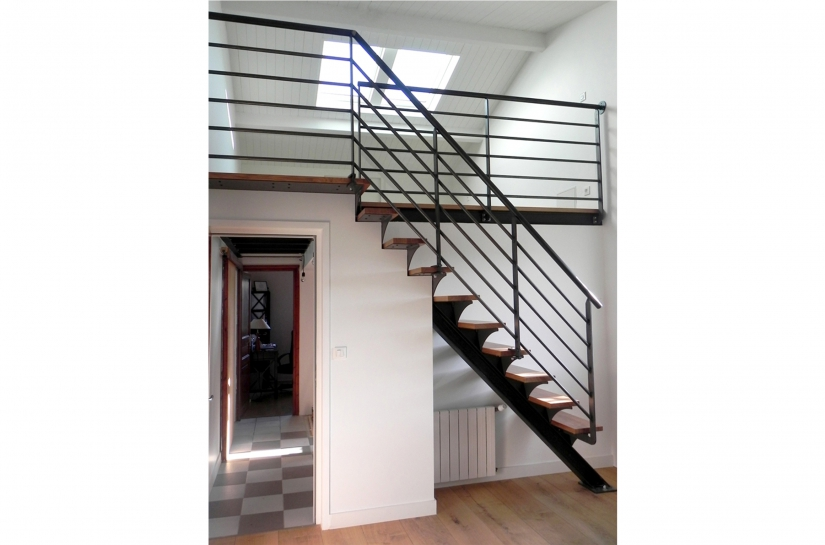 Escalier en bois (chêne massif) et métal menant de la chambre à la mezzanine