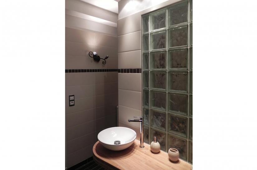 avec le plan de vasque sur-mesure en bois de bambou