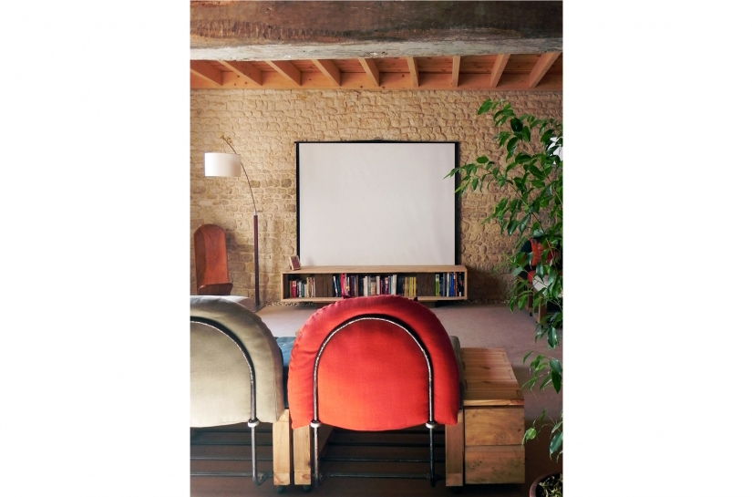 mur en pierre, plafond en bois et sol en terre. Tous les meubles sont réalisés avec des matériaux de récupération (déchets du chantier)