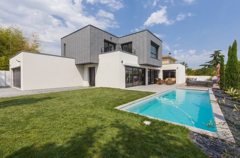 vue extérieure maison et piscine