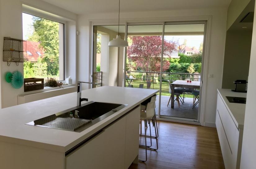 Une nouvelle cuisine completement ouverte sur le jardin et la nouvelle loggia