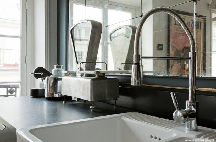Cuisine Détail sur évier,robinetterie, style vintage, mitigeur, miroir, cafetière, esprit bistro, luminosité, ouverture