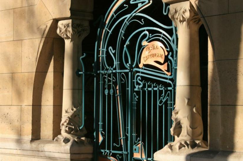 """Castel Béranger - Vue du portail avec restitution de la plaque """"Castel Béranger"""""""
