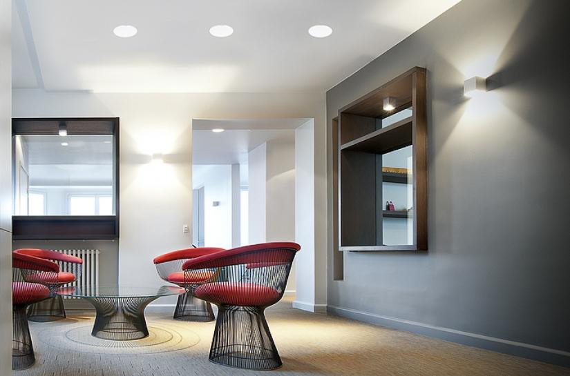 ouverture mur, couleur, gris, parquet, detail fauteuil, rouge , niche, faux plafond, spots encastrés, lumière traversante