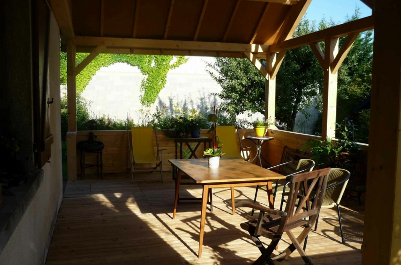Terrasse couverte accessible pour une personne à mobilité réduite