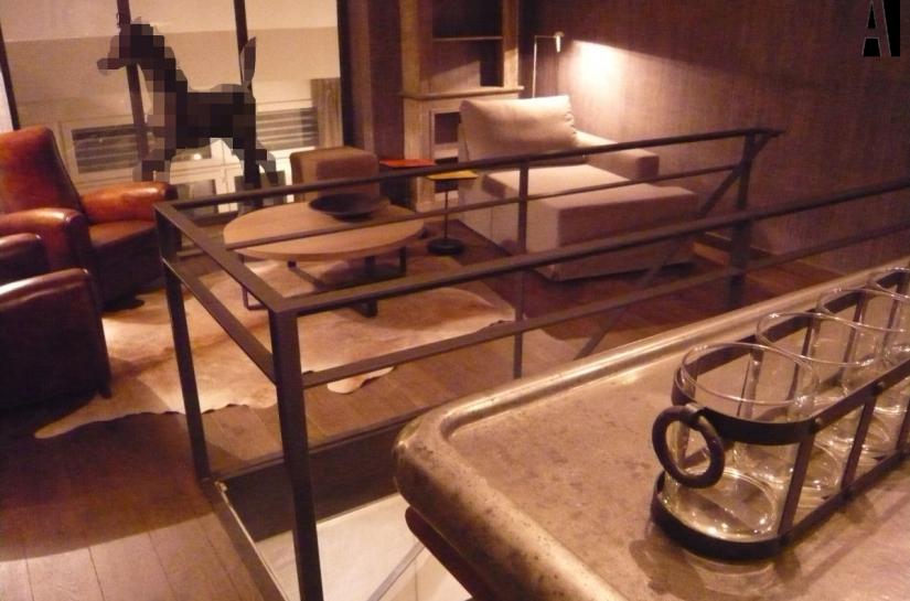 photo du salon à l'étage et de l'aménagement d'un coin bar