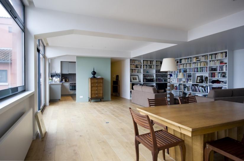 séjour, salle a manger, cuisine semi-ouverte, bibliothèque, rangements étagères murales, couleur, vert d'eau, parquet, cuisine contemporaine