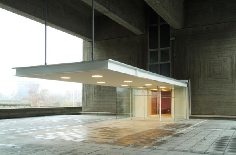 hall d'entrée structure, horizontalité blanc contraste intérieur rouge
