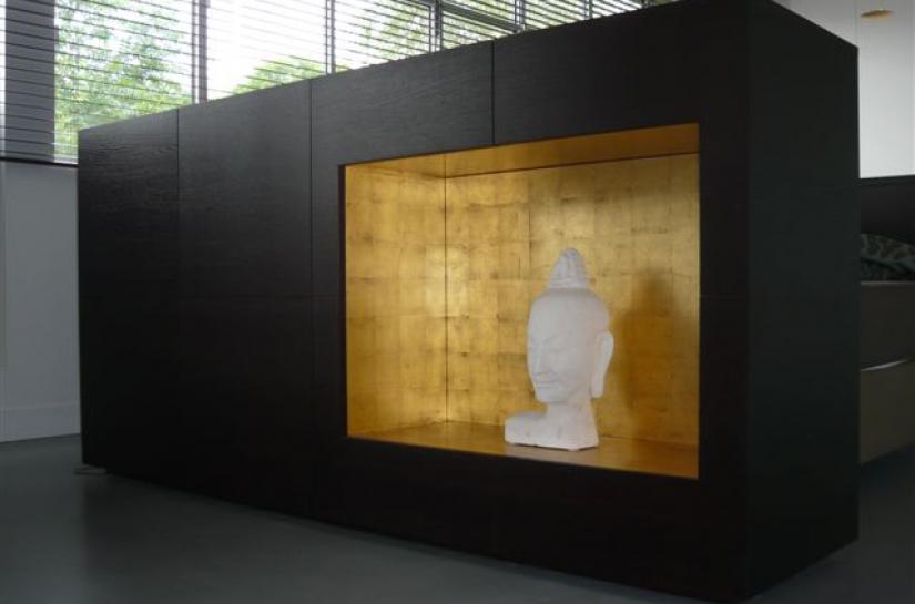 Niche dorée à la feuille d'or. Meuble de séparation séjour-chambre Loft 19 / ARCHI-V.O